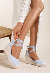 Renee - Niebieskie Sandały Acalea. Zapięcie: pasek. Kolor: niebieski. Materiał: materiał. Obcas: na koturnie