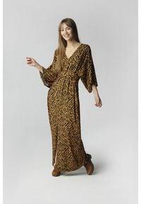 Madnezz - Sukienka Ula - tygrysi print. Materiał: wiskoza. Wzór: nadruk. Długość: maxi