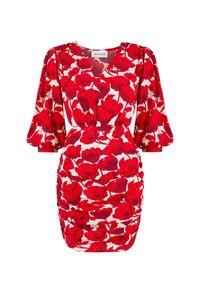 SELF LOVE - Sukienka w kwiaty Mikonos. Kolor: czerwony. Materiał: wiskoza, materiał. Wzór: kwiaty. Typ sukienki: dopasowane. Długość: mini