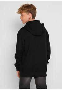 Bluza chłopięca z kapturem, bawełna organiczna bonprix czarny z nadrukiem. Typ kołnierza: kaptur. Kolor: czarny. Materiał: bawełna. Wzór: nadruk