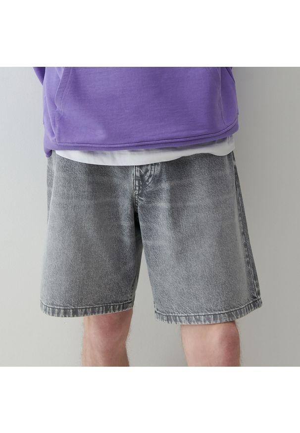 Reserved - Szorty jeansowe z brelokiem - Jasny szary. Kolor: szary. Materiał: jeans