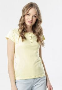 Born2be - Jasnożółty T-shirt Oranore. Kolor: żółty