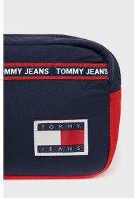 Tommy Jeans - Kosmetyczka. Kolor: niebieski. Materiał: poliamid