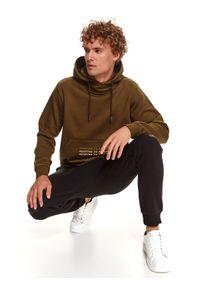TOP SECRET - Bluza męska kangurka z kapturem. Typ kołnierza: kaptur. Kolor: zielony. Materiał: dzianina. Długość rękawa: długi rękaw. Długość: długie. Wzór: napisy. Sezon: zima