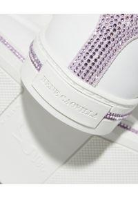 RENE CAOVILLA - Białe sneakersy Xtra z fioletowymi kryształami. Nosek buta: okrągły. Kolor: biały. Materiał: guma. Wzór: napisy, aplikacja #5