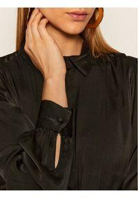 Czarna sukienka dzianinowa Guess koszulowa