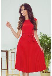 Numoco - Rozkloszowana sukienka midi z plisowanym dołem. Okazja: na wesele, na ślub cywilny, na imprezę. Styl: elegancki. Długość: midi