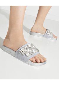 Casadei - CASADEI - Srebrne klapki z kryształami Pool. Kolor: srebrny. Materiał: jeans. Wzór: napisy, aplikacja. Sezon: lato. Styl: klasyczny