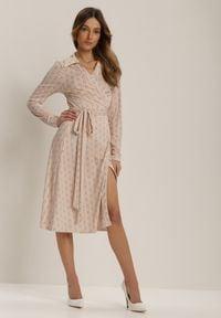 Renee - Jasnoróżowa Sukienka Delabel. Kolor: różowy