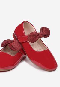 Born2be - Czerwone Balerinki Daphgale. Okazja: na wesele, na ślub cywilny. Wysokość cholewki: przed kostkę. Zapięcie: rzepy. Kolor: czerwony. Materiał: skóra, lakier. Szerokość cholewki: normalna