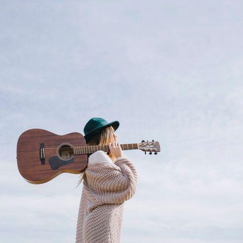 dziewczyna ubrana w jasny kardigan i zielony kapelusz.jpeg