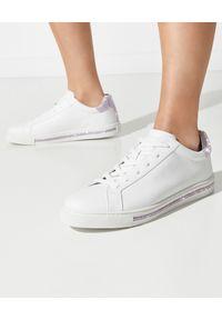 RENE CAOVILLA - Białe sneakersy Xtra z fioletowymi kryształami. Nosek buta: okrągły. Kolor: biały. Materiał: guma. Wzór: napisy, aplikacja