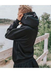 SUSAN SWIMWEAR - Czarna bluza z kapturem z logo. Okazja: na plażę. Typ kołnierza: kaptur. Kolor: czarny. Materiał: materiał, elastan. Wzór: haft. Sezon: lato