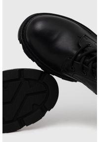 Answear Lab - Kozaki. Nosek buta: okrągły. Kolor: czarny. Szerokość cholewki: normalna. Obcas: na platformie. Styl: wakacyjny