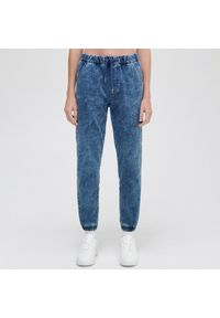 Cropp - Jeansowe joggery typu comfort - Niebieski. Kolor: niebieski