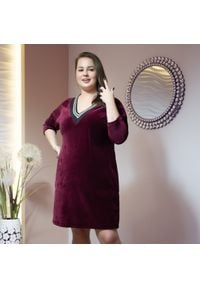 Moda Size Plus Iwanek - Bordowa welurowa sukienka Justa XXL OVERSIZE JESIEŃ. Okazja: do pracy, na imprezę. Kolor: czerwony. Materiał: welur. Sezon: jesień. Typ sukienki: oversize. Długość: midi