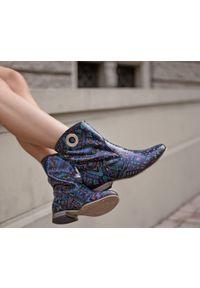 Botki Zapato bez zapięcia, wąskie, z cholewką, boho