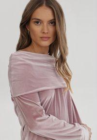 Born2be - Jasnoróżowa Sukienka Mormenor. Typ kołnierza: golf, dekolt hiszpanka. Kolor: różowy. Materiał: welur, dzianina. Długość rękawa: długi rękaw. Długość: mini