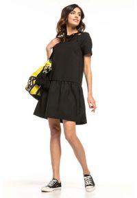 Tessita - Czarna Sukienka z Falbanką i Dekoracyjnym Wiązaniem przy Dekolcie. Kolor: czarny. Materiał: poliester, elastan