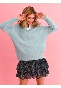 TOP SECRET - Sweter długi rękaw damski luźny. Okazja: na co dzień. Typ kołnierza: dekolt w serek. Kolor: niebieski. Długość rękawa: długi rękaw. Długość: długie. Wzór: aplikacja. Sezon: wiosna. Styl: casual