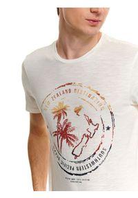 Biały t-shirt TOP SECRET z nadrukiem, z okrągłym kołnierzem, na lato