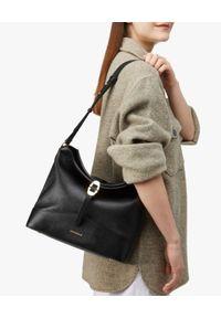 Coccinelle - COCCINELLE - Czarna torba ze skóry Josephine. Kolor: czarny. Wzór: aplikacja. Materiał: skórzane. Rodzaj torebki: na ramię