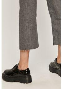 Szare jeansy bootcut Calvin Klein w kolorowe wzory