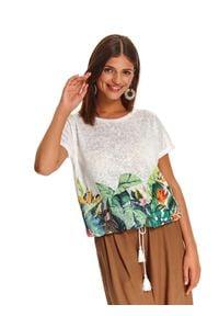 TOP SECRET - Luźna bluzka z wiązaniem u dołu. Okazja: na co dzień. Kolor: biały. Materiał: tkanina. Długość rękawa: krótki rękaw. Długość: krótkie. Wzór: kwiaty, nadruk. Sezon: lato. Styl: wakacyjny, casual