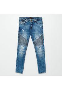 Cropp - Jeansy slim z efektem sprania - Niebieski. Kolor: niebieski