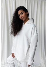 Marsala - Bluza z kapturem w kolorze OFF WHITE - CARDIFF BY MARSALA. Okazja: na co dzień. Typ kołnierza: kaptur. Materiał: dresówka, dzianina, elastan, bawełna. Styl: casual