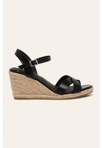 Czarne sandały Truffle Collection na koturnie, na średnim obcasie