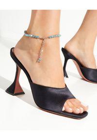 AMINA MUADDI - Błękitna bransoleta na kostkę z kryształami. Materiał: srebrne. Kolor: niebieski. Kamień szlachetny: kryształ