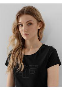 4f - T-shirt basic regular z nadrukiem damski. Kolor: czarny. Materiał: dzianina, bawełna. Wzór: nadruk