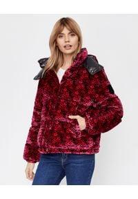 MONCLER - Różowa kurtka z aksamitu Daos. Kolor: czerwony. Materiał: nylon, puch. Długość rękawa: długi rękaw. Długość: długie. Wzór: kwiaty, nadruk. Sezon: jesień, zima
