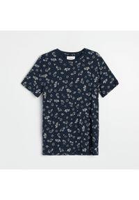 Reserved - T-shirt z nadrukiem - Niebieski. Kolor: niebieski. Wzór: nadruk