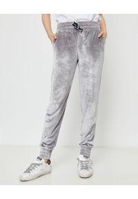 CUORI e PICCHE - Srebrne spodnie dresowe TRICK z aksamitu. Kolor: szary. Materiał: dresówka. Długość: długie