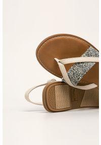Kremowe sandały Toms na klamry, bez obcasa