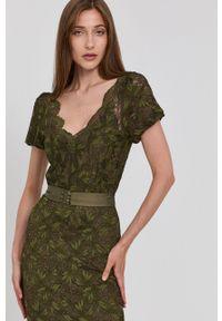 Guess - Sukienka. Kolor: zielony. Materiał: dzianina. Długość rękawa: krótki rękaw. Typ sukienki: dopasowane