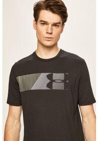 Under Armour - T-shirt. Kolor: czarny. Materiał: dzianina. Wzór: nadruk