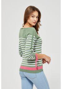 Sweter MOODO klasyczny, w paski, z dekoltem w łódkę