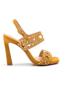 Żółte sandały Alma En Pena klasyczne