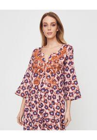MALIPARMI - Lniana sukienka z brązymi koralikami. Kolor: brązowy. Materiał: len. Wzór: aplikacja, kolorowy. Styl: elegancki. Długość: maxi