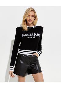 Balmain - BALMAIN - Sweter z białym logo. Kolor: czarny. Materiał: bawełna, jeans. Styl: elegancki