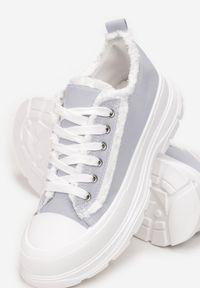 Born2be - Jasnoniebieskie Trampki Aethelia. Okazja: na co dzień. Nosek buta: okrągły. Zapięcie: sznurówki. Kolor: niebieski. Materiał: jeans, materiał, guma. Szerokość cholewki: normalna. Wzór: aplikacja. Styl: casual