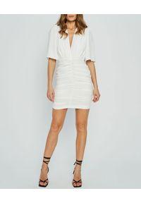 MARLU - Biała sukienka mini Pilar. Okazja: na randkę, na imprezę. Typ kołnierza: dekolt w kształcie V. Kolor: biały. Materiał: wiskoza. Typ sukienki: dopasowane. Styl: wizytowy. Długość: mini
