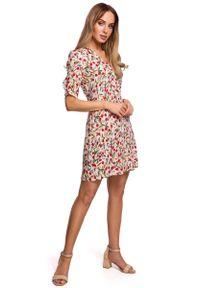 MOE - Krótka Sukienka w Kwiatki z Zakładką na Rękawie - Model 5. Materiał: wiskoza. Wzór: kwiaty. Długość: mini