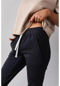 Marsala - Spodnie dresowe w kolorze moonlit ocean - ACTIVE BY MARSALA. Okazja: na co dzień. Materiał: dresówka. Wzór: melanż. Styl: sportowy, casual