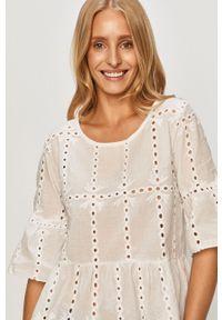 Biała bluzka Haily's w koronkowe wzory, krótka, casualowa, z okrągłym kołnierzem