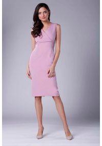Nommo - Różowa Ołówkowa Sukienka Midi bez Rękawów z Kopertowym Dekoltem. Kolor: różowy. Materiał: wiskoza, poliester. Długość rękawa: bez rękawów. Typ sukienki: kopertowe, ołówkowe. Długość: midi