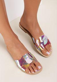 Renee - Różowe Klapki Spyriss. Nosek buta: okrągły. Kolor: różowy. Materiał: skóra. Wzór: paski, aplikacja. Obcas: na obcasie. Wysokość obcasa: niski
